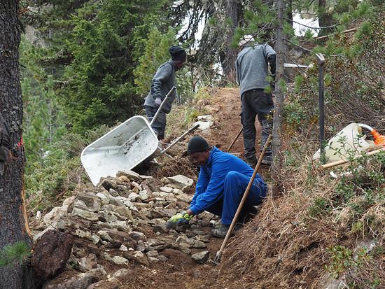 Das Trailbau Team hat Flüchtende in Sölden zum Helfen eingeladen