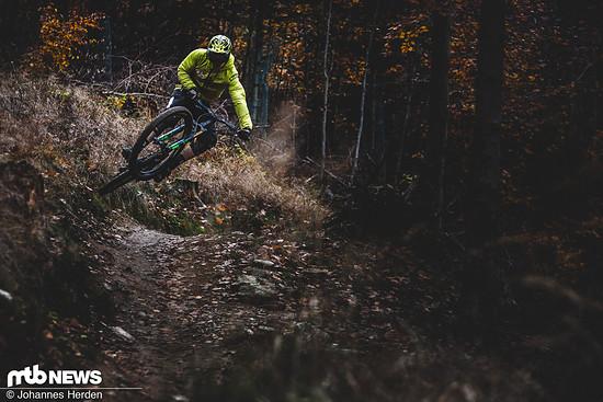 Testfahrer Joni nimmt die Trails in Nove Mesto pod Smrkem ins Visier. Eigentlich gab es da keinen Absprung - Joni fand trotzdem einen.