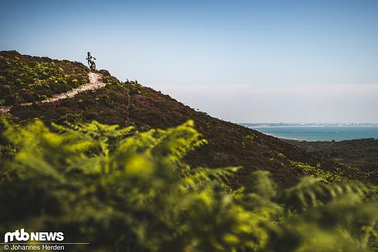 """An dieser Stelle wussten wir noch nicht, dass wir am Schluss 65 km im Küsten-Hinterland im Süden Englands weggekurbelt haben sollten, das Ganze mit Fotogepäck. Ben """"Deakinator"""" Deakin surft im Manual um die Schotterkurve in den """"Purbecks"""""""