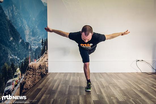 Foto: Das Gleichgewicht mit dem Standfuß halten – Beid…