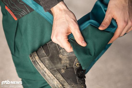 Am Hosenbein ist auf Knöchelhöhe ein Polster zum Schutz angebracht.