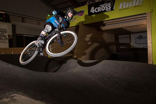 Der Downhillspezialist Jonas Bernet ist gerade über die Winterpause oft im Indoorbikepark anzutreffen und ließ sich die Rennaction nicht entgehen