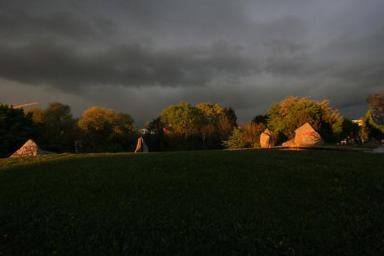 Grünewiese, Regenwolke und Sonnenuntergang