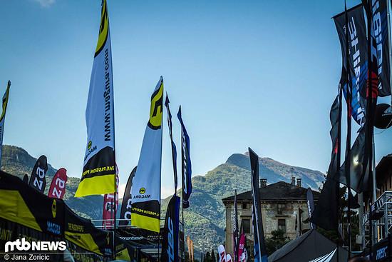 Der übliche Anblick in Riva – Beachflags und Berge