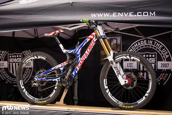 """Ein Santa Cruz V10 – noch mit 27,5"""" Laufrädern."""