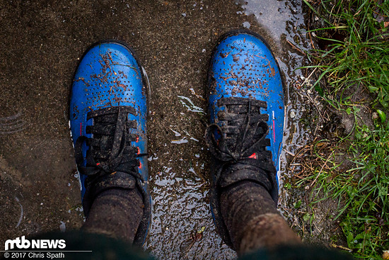 Bei Regen hält der Schuh sehr viel Wasser ab, nur bei der Durchquerung großer Pfützen kann der Schuh dem Wasser nicht genug entgegensetzen.