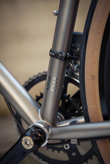 Der Titan-Rahmen ist dank vieler Details ...