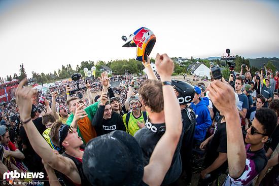 Sieger Fabio Wibmer und POC-Kollege Söderström feiern sich in der Menge.