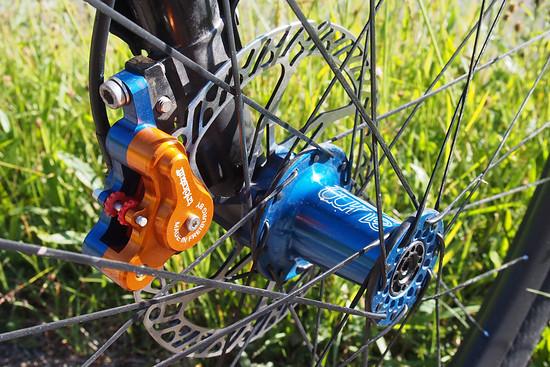 Carbonlaufräder von Tune und die super leichte Piccola Bremse von Trickstuff drücken das Gewicht gewaltig
