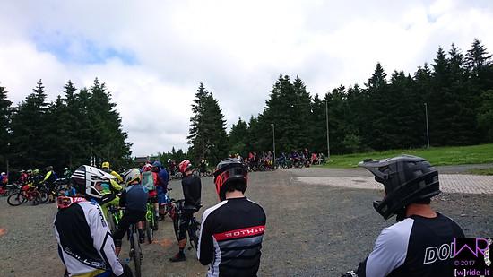 Warten vor Stage 5 mit Team Bulls Centurion Rotwild