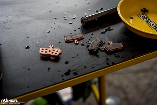 Auf die Kleinigkeiten kommt es an: Intense Factory Racing wechselt von organischen Bremsbelägen auf metallische