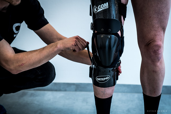 Günter kann seine neue Orthese nun anprobieren und bekommt gezeigt, wie er die schützende Kniekappe zum Mountainbiken anbringt. So kann er wieder die Trails rocken und seine Verletzung hoffentlich weitestgehend vergessen. Gute Besserung!