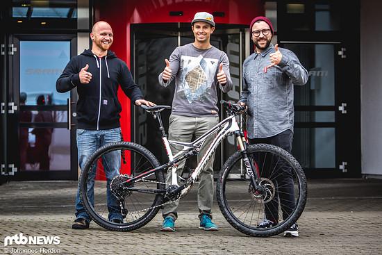 Gewinner Markus ist glücklich - SRAM-Mitarbeiter Henning hatte ihm die Schaltung während der Werksführung montiert, weil Markus leider früher wegmusste