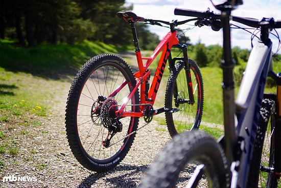 """Wer hat am Ende die Nase vorn? Das Ghost SL AMR 10 LC ist von der Ausstattung her wesentlich abfahrtsorientierter aufgebaut als das graue Ghost SL AMR 9 LC mit 27,5""""-Laufrädern."""