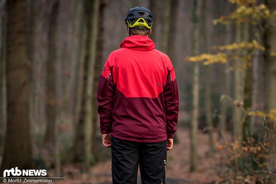 Wie für eine Mountainbike-Jacke typisch ist die ION Shell_Amp im Rückenbereich länger geschnitten als vorne