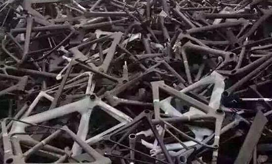 Carbonrahmen auf der Müllhalde