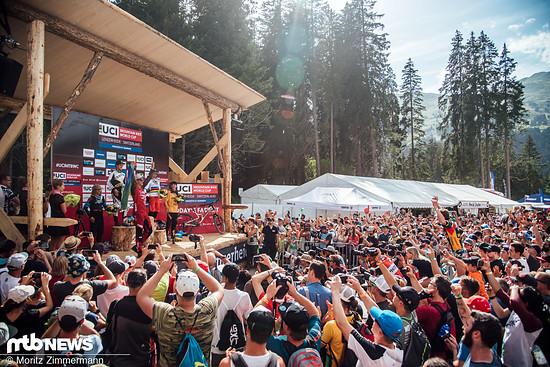 Greg Minnaar wird von den Fans für seinen nächsten Weltcup-Sieg gefeiert …