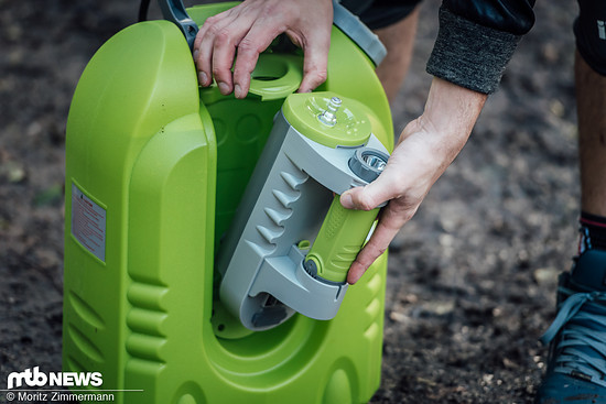 Die Pumpeneinheit kann entnommen und wahlweise mit optionalem Ansaugschlauch statt Tank betrieben werden