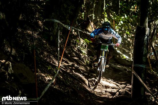 Der deutsche Juniorenfahrer Florian Werres hackt durchs Dschungel-Dickicht