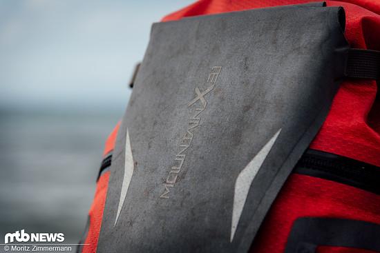 Unter der abnehmbaren Außentasche lässt sich ein Helm befestigen