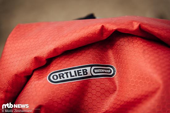 Das große Hauptfach des wasserdichten Rucksacks lässt sich durch einen Zwischenboden in zwei Teile unterteilen ...