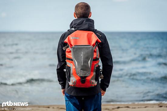 Auch bepackt liegt der wasserdichte Rucksack gut am Rücken
