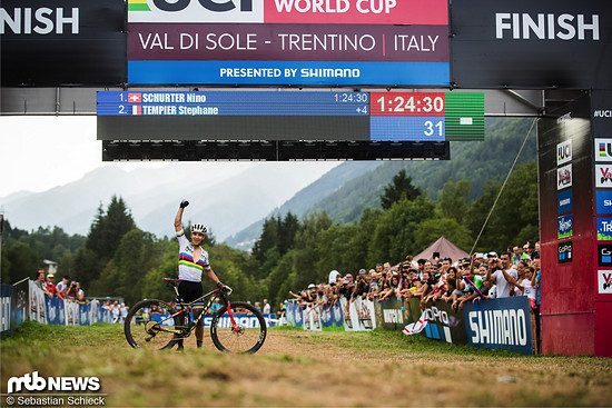 Nino Schurter freut sich über seine perfekte Saison