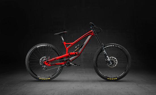 Mit Dirtbikes und den Tues-Downhillern begann die Erfolgsgeschichte von YT Industries – auch 2018 ist das Tues ein Garant für ein super Preis-Leistungs-Verhältnis!