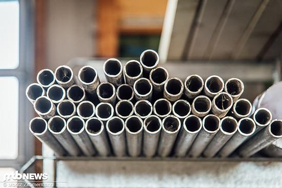 Hier warten unzählige Rohre aus Metall darauf, zu formschönen und federleichten Tune-Produkten gefräst, poliert, anodisiert und gelasert zu werden.