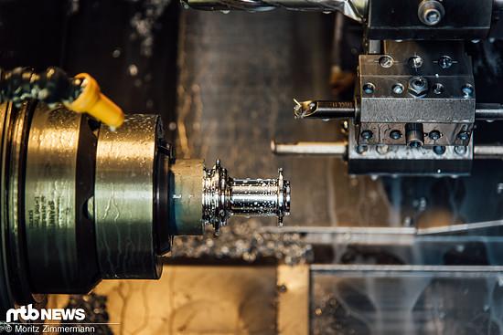 Während der Bearbeitung in der CNC-Fräse muss der Nabenkörper, der hier entstehen soll, zwischendurch per Hand umgespannt werden