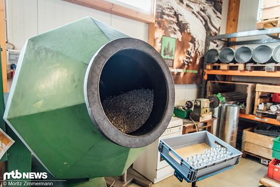 Keramik gegen Frästeile: In der Poliermaschine werden die Teile zu einem Gemisch aus Keramik-Granulat und einer speziellen Flüssigkeit gegeben