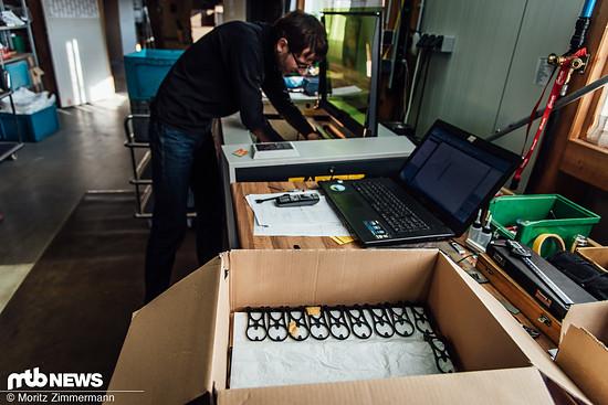 Nach der Laserbehandlung werden die Produkte in Kisten verpackt und wandern zur nächsten Station.