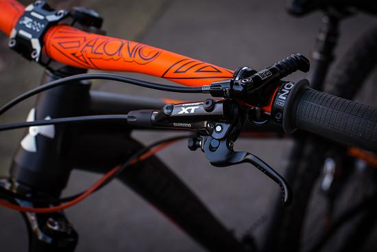 Gebremst wird mit der Shimano XT M8000 Bremsanlage, die Sattelhöhe wird mit einer RockShox Reverb mit 170 mm Verstellweg reguliert