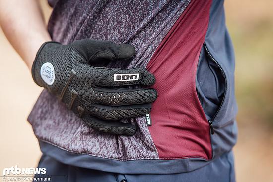 Praktisch: Eine kleine Tasche mit Reißverschluss bietet Platz für Dinge wie Müsliriegel oder Liftkarten.