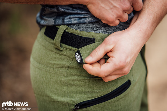 Über zwei Velcro-Verschlüsse lässt sich die Weite der iXS Sever Shorts problemlos anpassen.