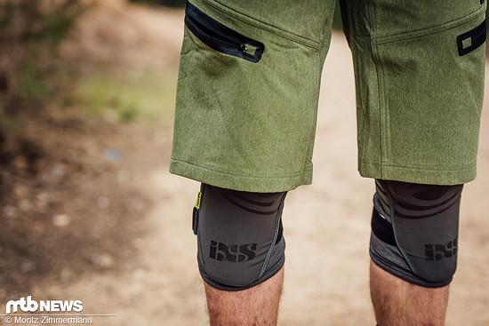 Das Tragen von Knieschonern ist unter der kurzen Hose gar kein Problem.