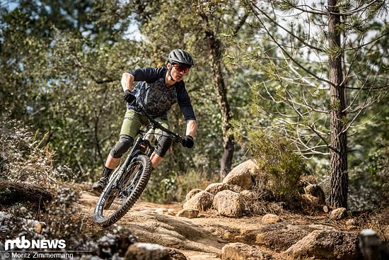 Nicht nur im Freeride-Einsatz, sondern auch bei Trail- und Enduro-Ausfahrten macht das iXS-Outfit eine gute Figur