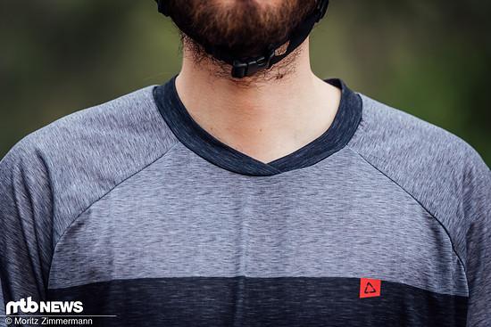 Der v-förmig geschnittene Kragen schneidet beim Tragen nicht ein und soll für Neck Braces vorbereitet sein.