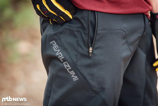 Zwei Taschen mit Reißverschlüssen bietet die locker geschnittene Pearl Izumi Summit Shorts.