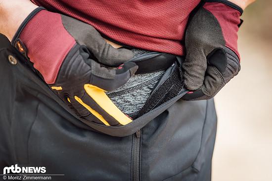Über Velcro-Streifen auf der Bund-Innenseite lässt sich die Weite der Hose anpassen.