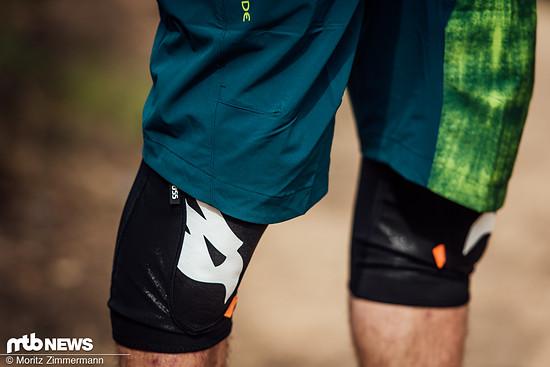 Insgesamt fällt der Schnitt der Hose eher locker und lang aus. Knieschoner passen problemlos unter die Shorts.
