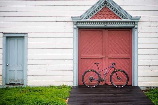 Auberginenfarbe vor Tür