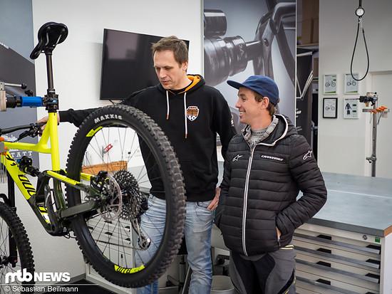 Enduro-Profi Jerome Clementz zeigt Gewinner Davor sein neues Bike