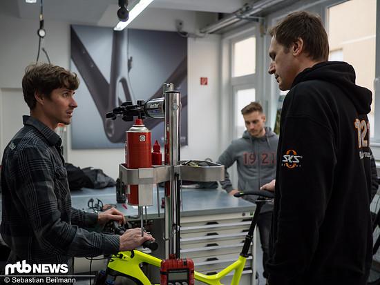 Mechaniker Christian erläutert die Vorteile der Volumenreduzierung des Dämpfers im Uphill