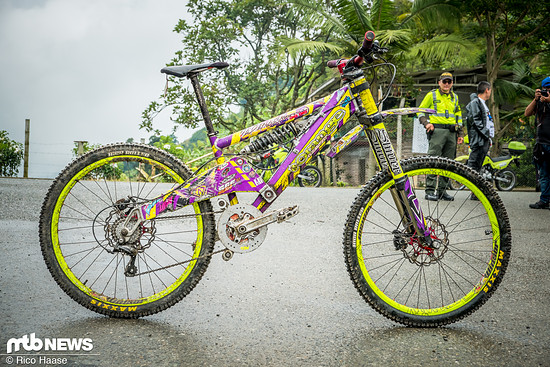Mit diesem antiquiertem Bike rockte ein Kolumbianer die Trails