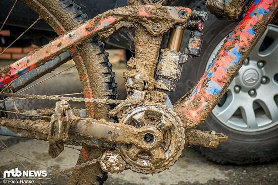 Der aufgeweichte Boden verwandelt den Trail in eine Rutschbahn und verdreckt das Bike