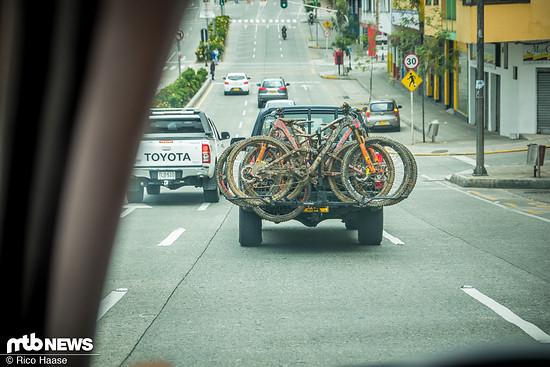 Auf dem Weg zum Rennen werden die Bikes am Ende eines Pickup-Trucks verstaut