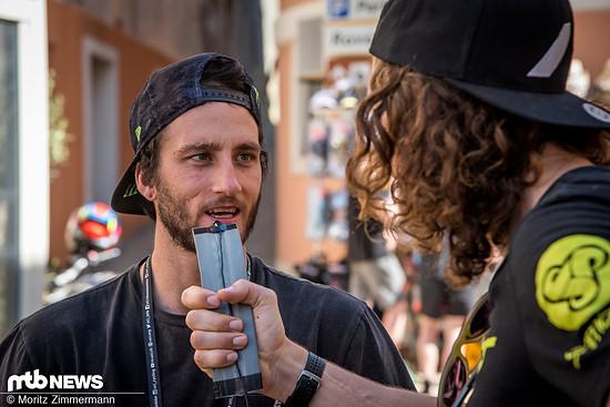 Während Wyn Mastesers kurzerhand einen Reifen-Insert zu seinem Mikrofon umfunktioniert hat …
