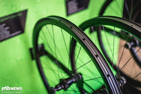 Die Carbon-Felge gibt es als günstigeren Laufradsatz mit normalen Speichen – für 1699 €