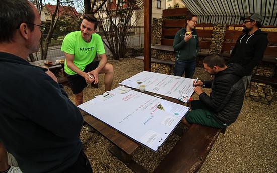 Nach der Arbeit im Ort und auf dem Trail brachten die Teilnehmer aus Belgien, Österreich und Deutschland ihre Gedanken zu Papier.